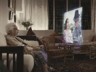 تصویر تبلیغاتی عینک زایس: دیدن تلویزیون